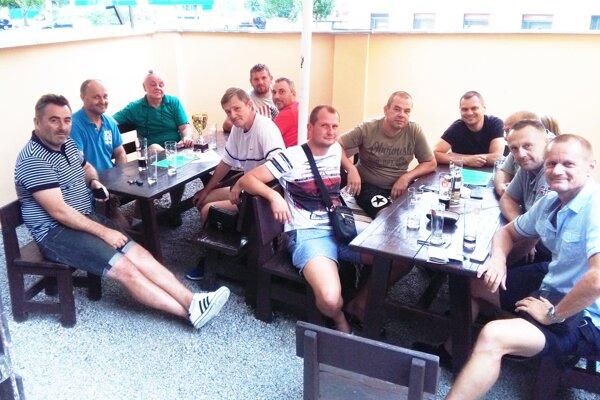 Zástupcovia mužstiev na schôdzi.
