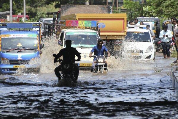 Voda poškodila mnohé cesty.