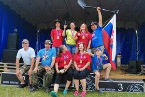 Slovenskí medailisti po spoločných majstrovstvách v Novom Kníne sa tešili zo svojich medailí. Coly s lopatou a vlajkou.