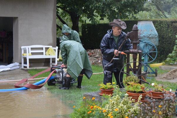 Obyvatelia zaplavených domov boli na nohách od štvrtej hodiny ráno.
