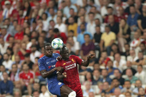 N'Golo Kante (vľavo) a Sadio Mane v zápase Superpohára UEFA medzi FC Liverpool - Chelsea Londýn.