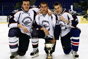 Brankár D. Szalontay (v strede) skončil s hokejom pred prechodom k seniorom.
