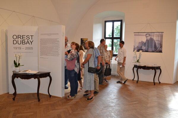 Výstava je venovaná storočnici narodenia umelca Oresta Dubaya.