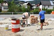 Práce na prestavbe priestranstva pred obchodom sú v plnom prúde.