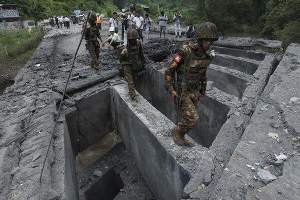 Vojaci po útoku v oblasti Šanského štátu.