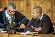 Michael D. (vpravo) so svojím advokátom v pojednávacej miestnosti Špecializovaného trestného súdu v Banskej Bystrici.