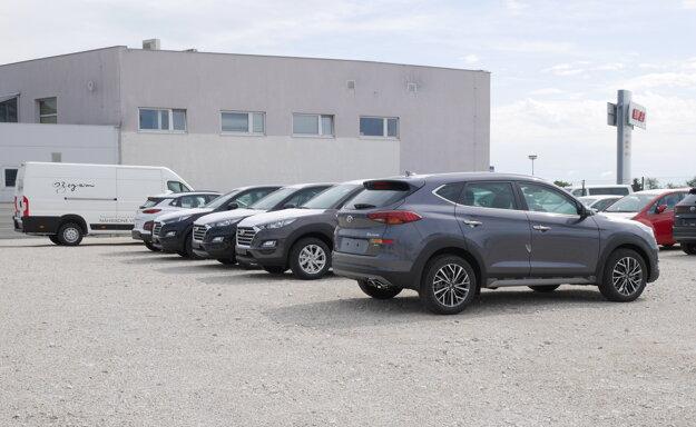 Autá čakajúce na prípravu pred odovzdaním majiteľovi.