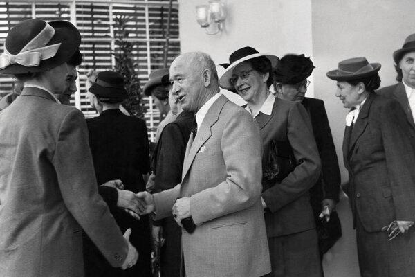 Na archívnej snímke československý prezident Edvard Beneš prijíma dámsku delegáciu - dáma za jeho chrbtom je poslankyňa Milada Horáková. Na pamiatku Horákovej bol v Českej republike vyhlásený 27. jún ako Deň pamiatky obetí komunistického režimu.