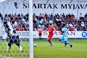 S loptou hráč Serede Filip Pankaričan.