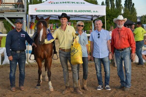 V popredí (žltá košeľa), víťaz kategórie Pole bending profi open Tamás Takács