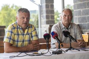 Vľavo manažér plážových volejbalistiek Miloš Dubovec a vpravo člen správnej rady Slovenskej volejbalovej federácie Igor Prieložný.