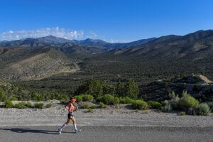 Julie Bertoiová, súťažiaca  behu na 50 kilometrov, klesá do nižšej časti údolia počas pretekov Running with the Devil Race v kaňone Lovell.
