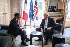Francúzsky prezident Emmanuel Macron počas rokovania s britským premiérom Borisom Johnsonom.