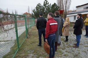 Košickí poslanci takto na jar kontrolovali stav športovísk v meste, nakoniec však EYOF predčasne odpískali pre financie. Tie teraz vláda Bystrici bez problémov odklepla.