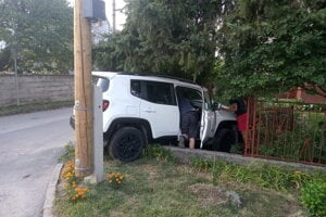 Polovica vozidla skončila v predzáhradke, zadok ostal na ulici.