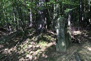 Historický medzník zo 16. storočia v lese nad obcou Červená Voda.