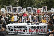 Protesty proti Macronovi počas summitu G7.