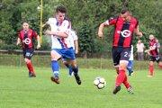 Futbalisti Rajca (v červeno-čiernom) odohrali prvý domáci zápas v tejto sezóne.