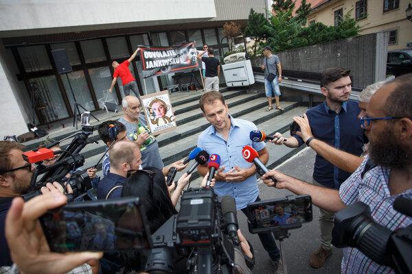Matovič počas rozhovoru s médiami pri príležitosti verejného protestu za odvolanie štátnej tajomníčky ministerstva spravodlivosti Moniky Jankovskej.