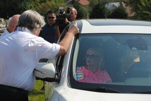 Na aute prešla pol dediny a pozdravila sa s početným príbuzenstvom.
