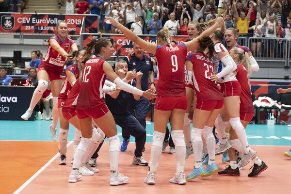 Radosť slovenských volejbalistiek po víťazstve nad Bieloruskom na ME vo volejbale 2019.