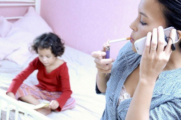 Pasívne fajčenie vážne poškodzuje zdravie detí.