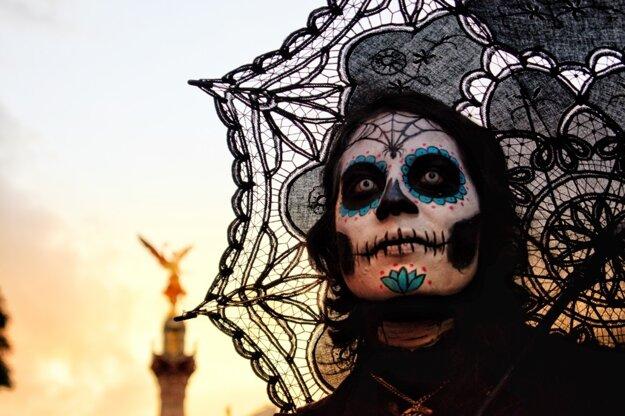 Pomaľované tváre počas Dia de Los Muertos v Mexiku