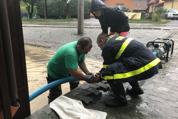 V Povine zatopilo prízemie obecného úradu.