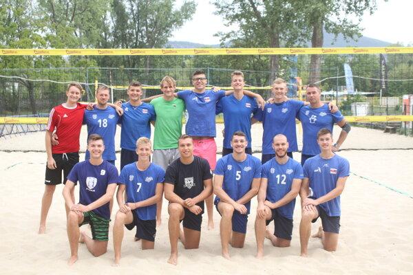 Mužstvo VKP SPU Nitra na spoločnom tréningu v areáli kúpaliska v Nitra.Vpravo hore tréner Ľuboslav Šalata.