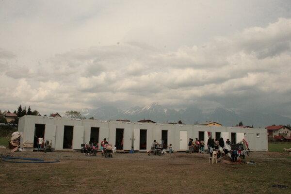Rómovia zo Staničnej ulice v Matejovciach bývajúci v unimobunkách.