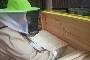 Keď je medzi staršími včelármi, má pocit, že to berú príliš vážne.
