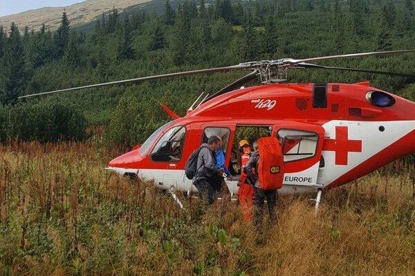 Najťažšie zraneného turistu odvážal vrtuľník.