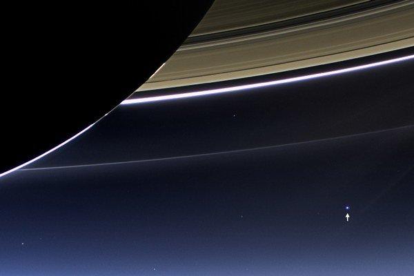 Drobný bod označený šípkou je naša Zem z obežnej dráhy Saturna.