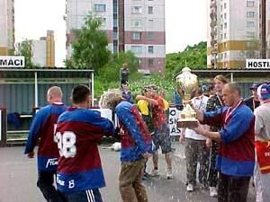 víťazný pohár si so záujmom pozrel aj peter lištiak (vpravo) z víťazného titan-fitness b.