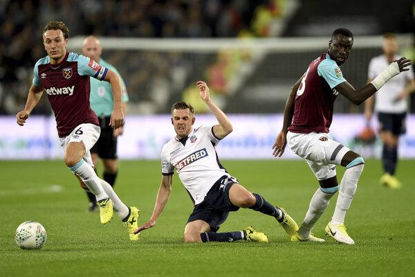 Futbalista Boltonu (v strede) v zápase proti West Hamu.