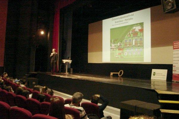 Miroslav Boča predviedol pokusy o nebezpečnosti a horľavosti vody.