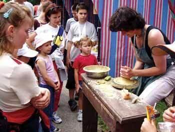 na jarmoku okrem výrobkov remeselníci prezentovali svoju prácu.keramikárka pracuje na hrnčiarskom kruhu.