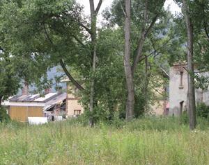 Pohľad na rozpadajúce sa budovy Železníc slovenskej republiky na Železničnej ulici vo Vrútkach.