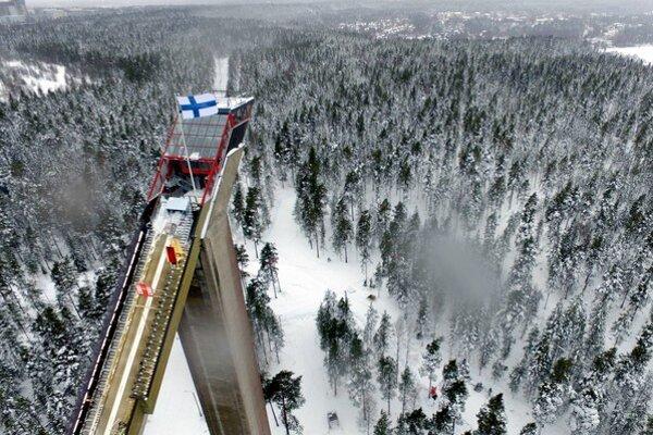 Veľký skokanský mostík v Lahti, na ktorom pretekári skákali.