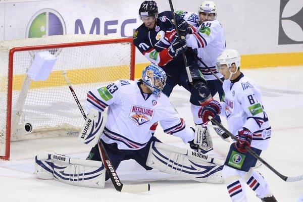 Hráči Metallurgu Magnitogorsk (v bielom) majú zatiaľ po štyroch zápasoch vyrovnaný stav série.