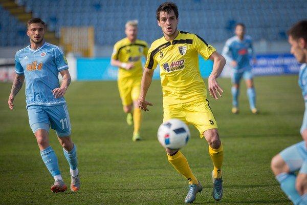 Aj obranca Jaroslav Machovec (č. 5) prispel zodpovedným výkonom k triumfu hostí.