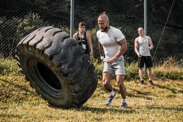 Jednou z disciplín bola aj prehadzovanie pneumatiky.