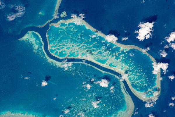 Tri koralové útesy, ktoré sú súčasťou Veľkej koralovej bariéry. Záber ukazuje zhruba 15-kilometrov z 2 300 kilometrov dlhého koralového systému pri pobreží Austrálie.