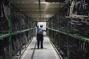 Zamestnanec fabriky Fuyao v americkom Daytone.