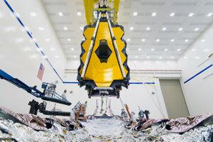 Teleskopovú časť pozostávajúcu zo zrkadiel a prístrojov museli veľmi opatrne navádzať na zvyšok konštrukcie.