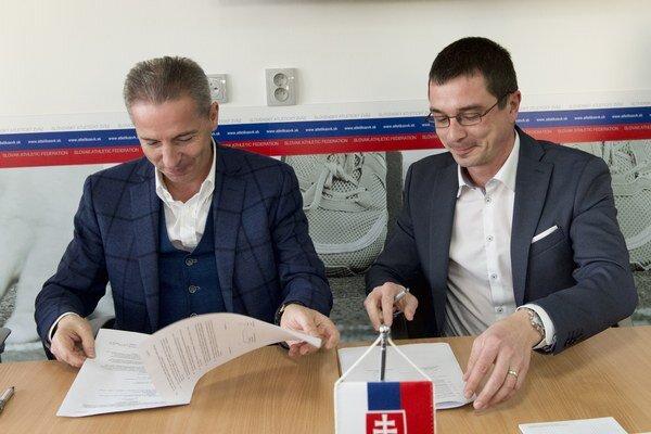 Zmluvu podpísali generálny riaditeľ RTVS Václav Mika (vľavo) a predseda Slovenského atletického zväzu Peter Korčok.