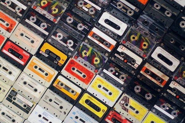 Dáta sa môžu archivovať na kazetách.