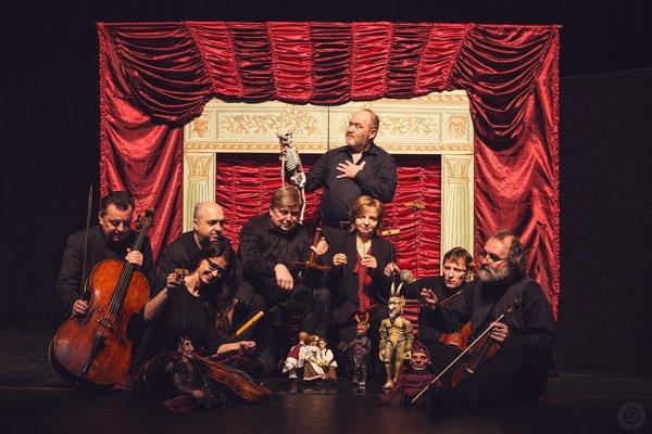 Súbor na pódiu doplní aj bábkové divadlo.