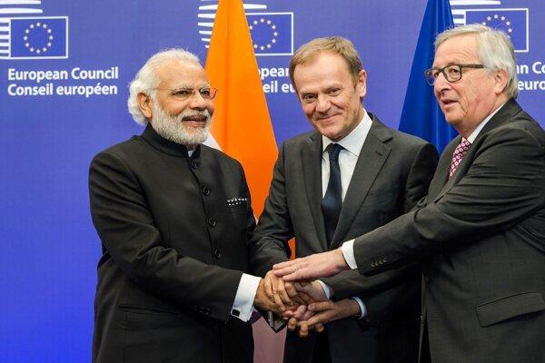 Na snímke sprava predseda Európskej komisie Jean-Claude Juncker, predseda Európskej rady Donald Tusk a indický premiér Naréndra Módí pózujú pred spoločným rokovaním v Bruseli.
