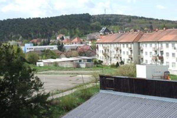 Dopravné ihrisko vznikne na mieste školského ihriska. Nachádza sa medzi budovou umeleckej školy a obytnými domami (vpravo).